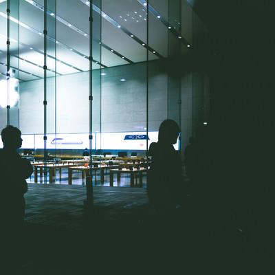 「アップルストア前に集る人たち」の写真素材