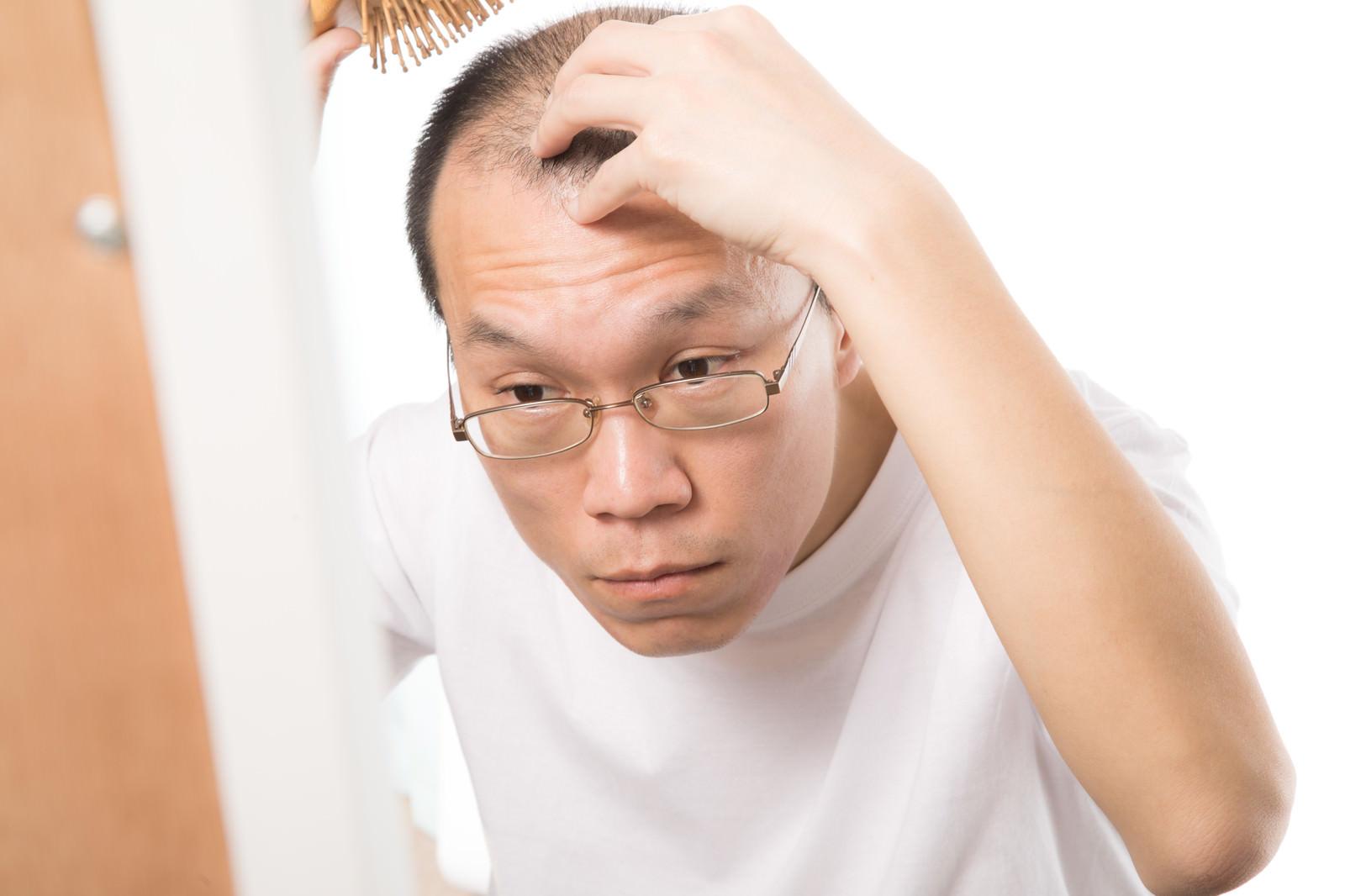 「毎日欠かさない頭皮ケア | 写真の無料素材・フリー素材 - ぱくたそ」の写真[モデル:サンライズ鈴木]