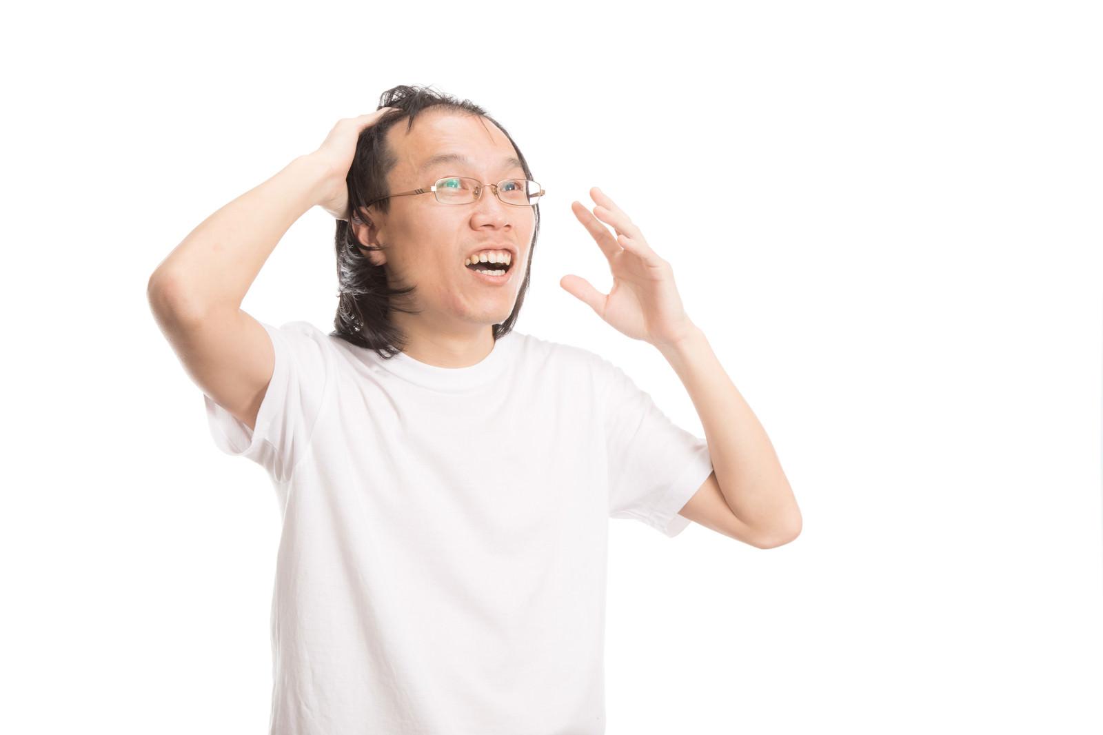 「カツラがズレて慌てる薄毛男子」の写真[モデル:サンライズ鈴木]