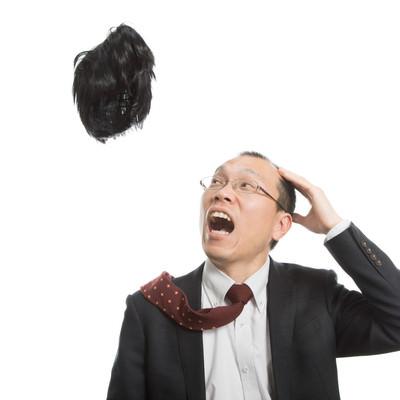 「神様から毛髪を取り上げられたハゲリーマン」の写真素材