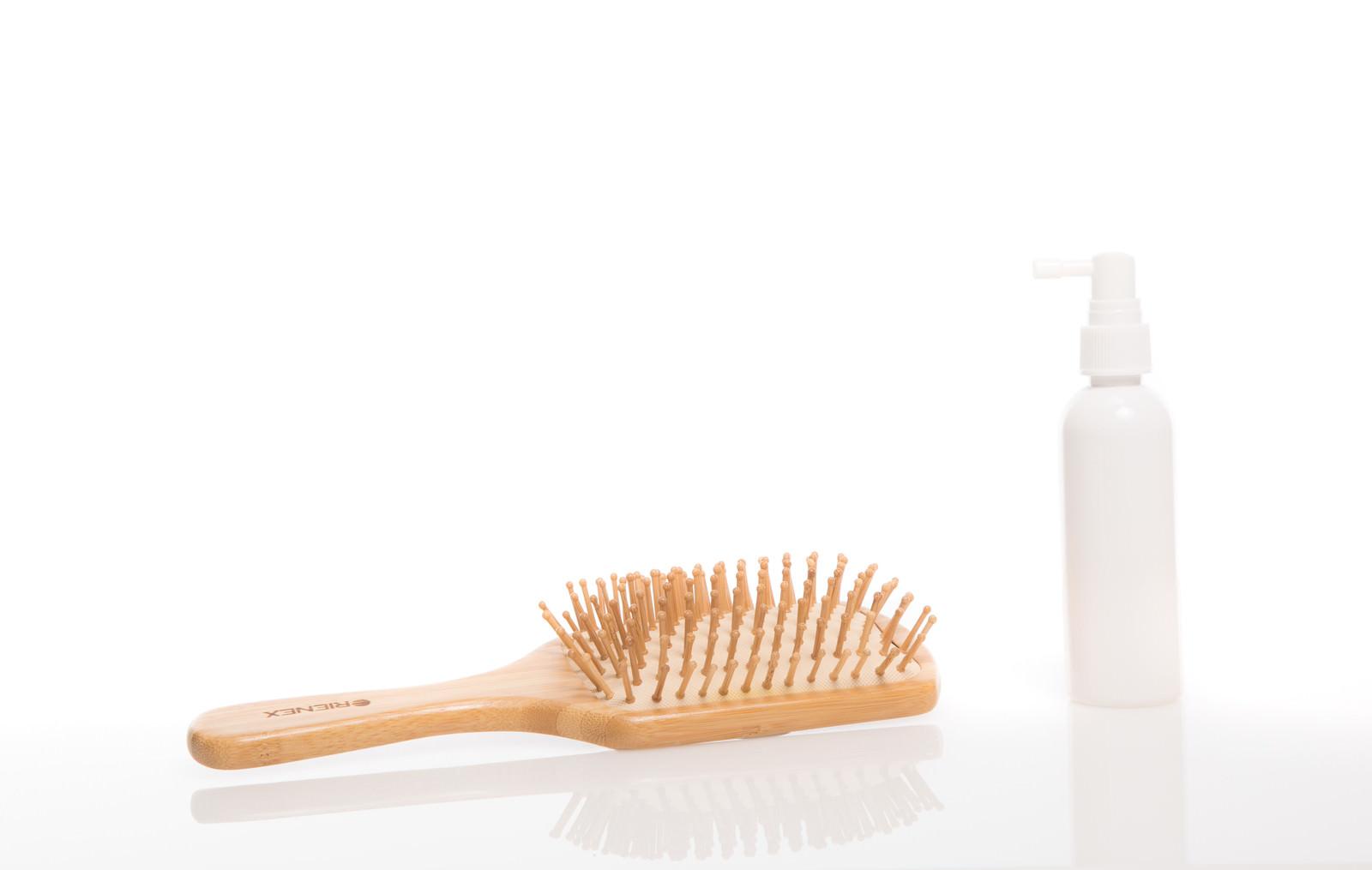 「ヘアブラシと育毛スプレー | 写真の無料素材・フリー素材 - ぱくたそ」の写真
