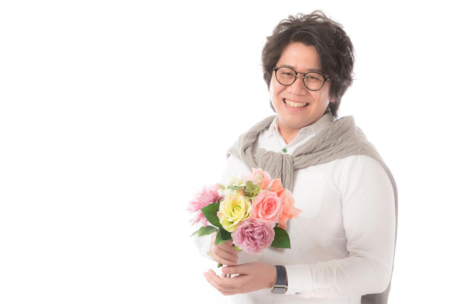 「母の日に花をプレゼントする大手広告代理店勤務」の写真[モデル:あまのじゃく]