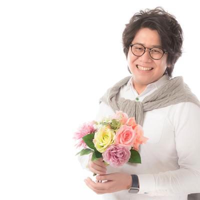「母の日に花をプレゼントする大手広告代理店勤務」の写真素材