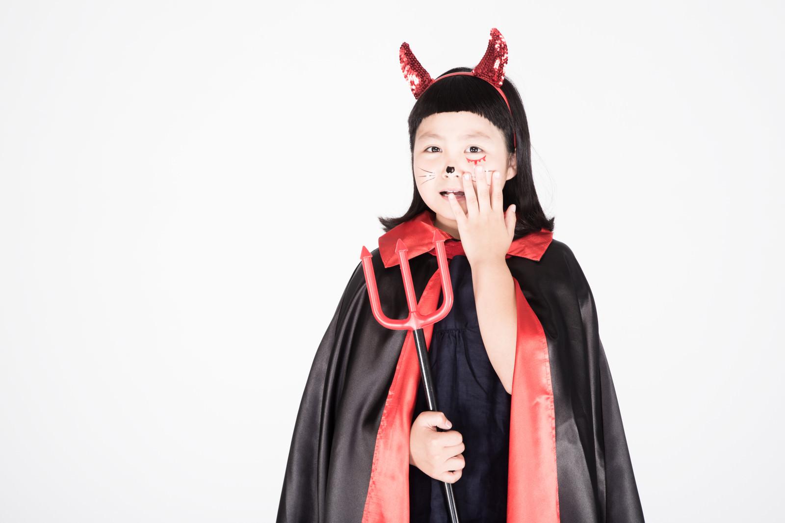 「ハロウィンで悪ノリした大人を目の当たりにした時の子供」の写真[モデル:ゆうき]
