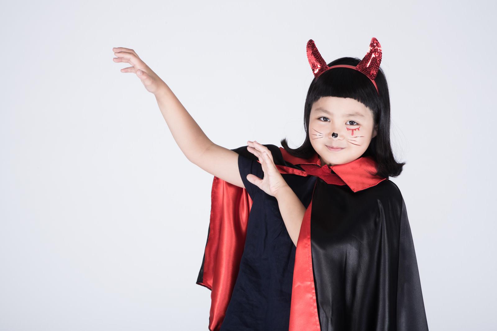 「強力な魔法を詠唱しはじめた子デビル」の写真[モデル:ゆうき]