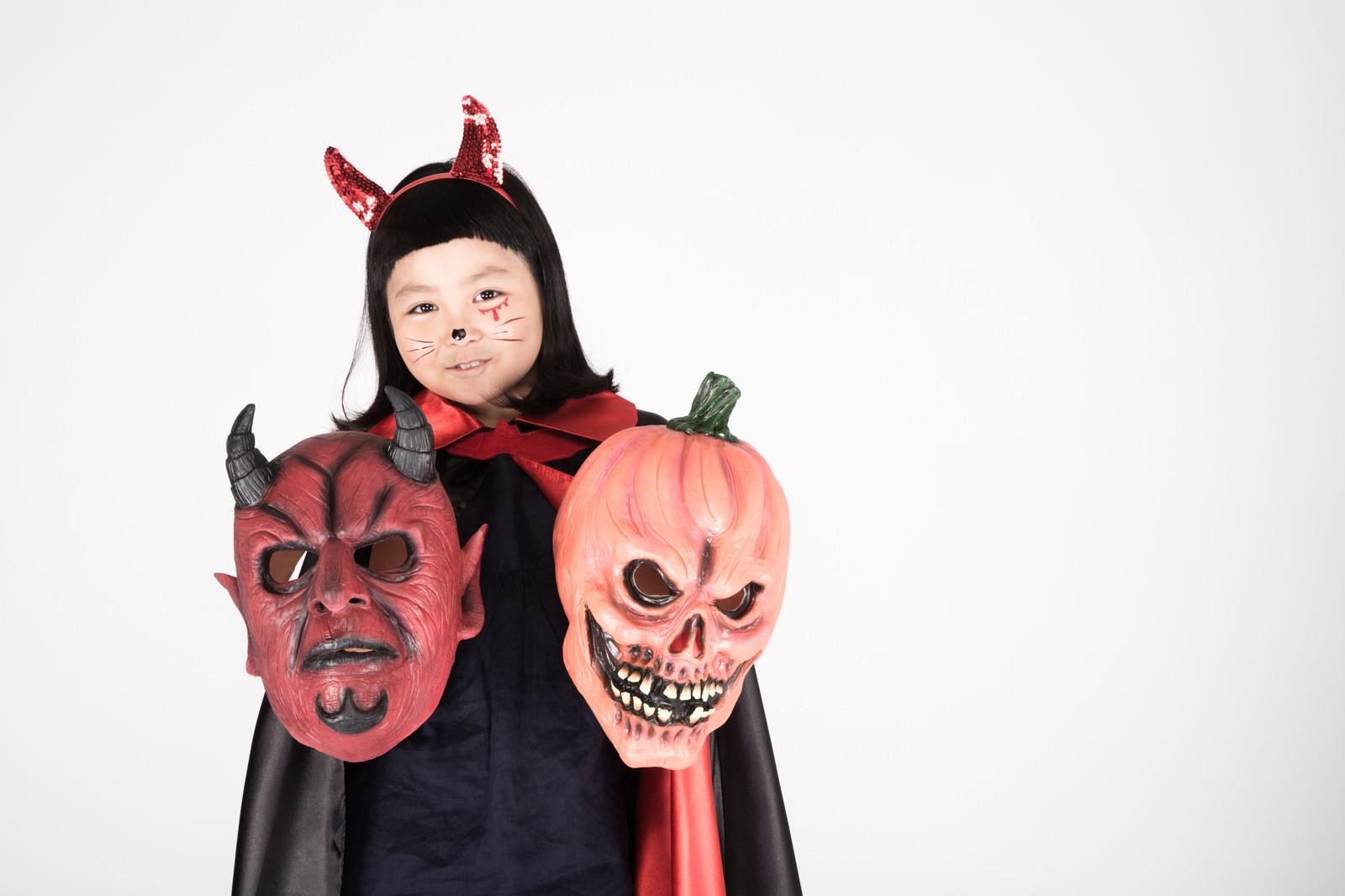 「あなたが落としたハロウィン用マスクはどっち?」の写真[モデル:ゆうき]