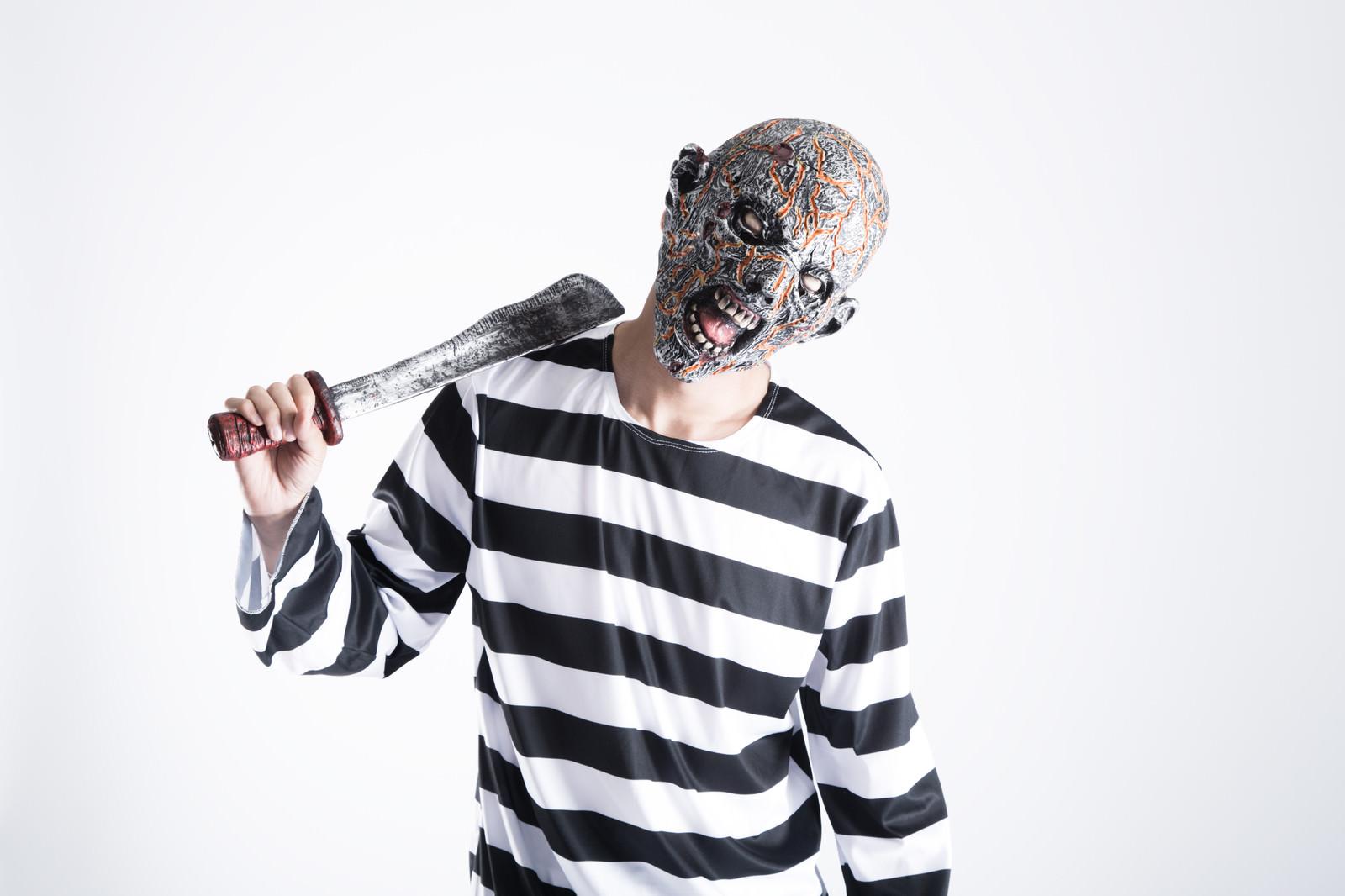 「錆びた刀でセルフ肩叩きをするクリーチャー」の写真[モデル:大川竜弥]