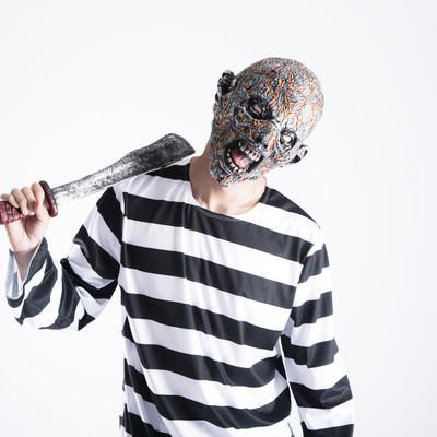 錆びた刀でセルフ肩叩きをするクリーチャーの写真