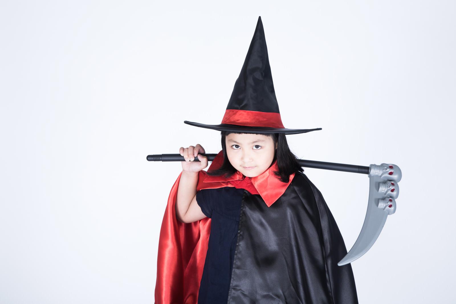 「魔女の仮装をした娘に死神の鎌を持たせてみました」の写真[モデル:ゆうき]