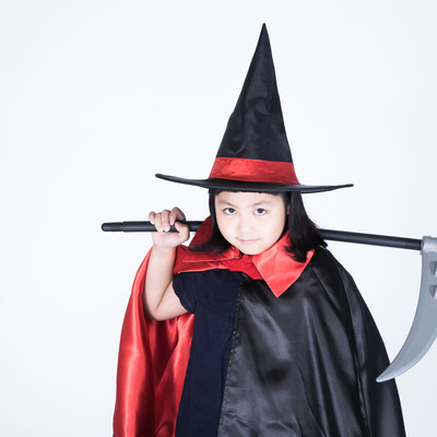 魔女の仮装をした娘に死神の鎌を持たせてみましたの写真
