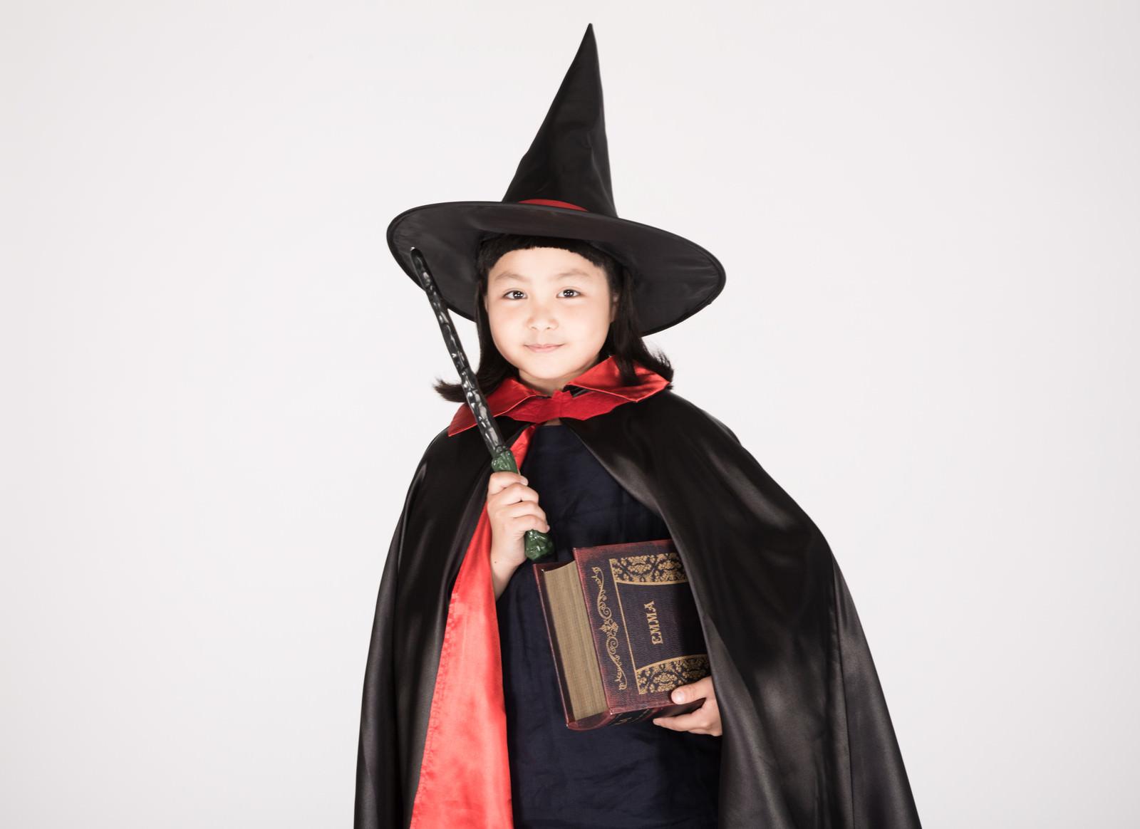 「魔法使い見習いの女の子魔法使い見習いの女の子」のフリー写真素材を拡大