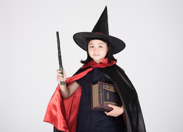 ハロウィンでなりきり魔法使いの女の子の写真