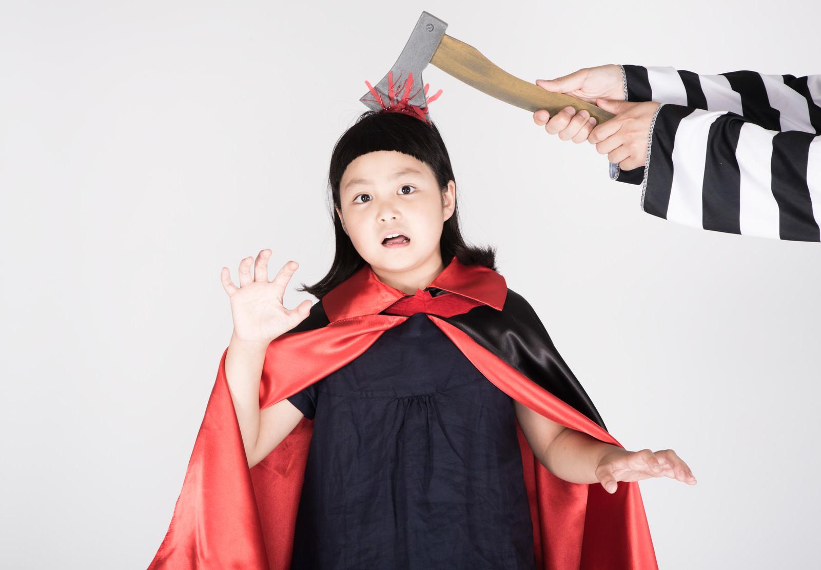 「頭に斧がささったかのように見えるハロウィン用グッズ」の写真[モデル:ゆうき]