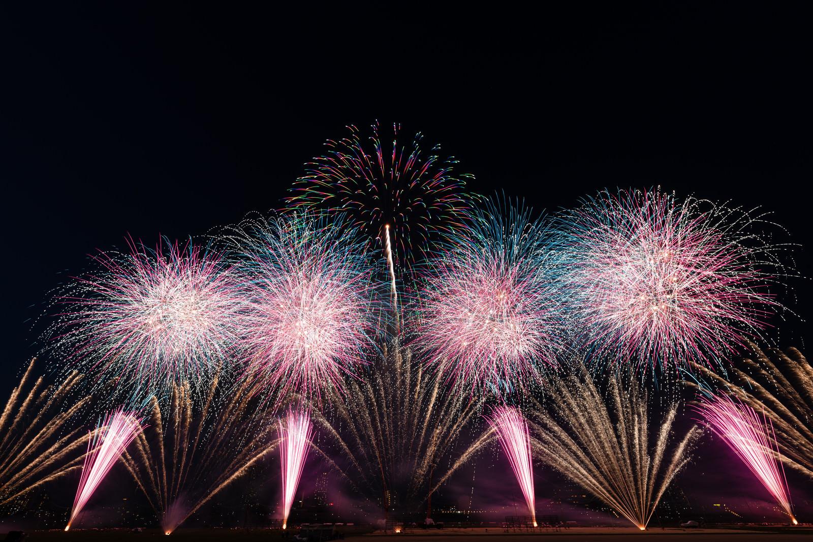 「江戸川区花火大会のオープニング | 写真の無料素材・フリー素材 - ぱくたそ」の写真