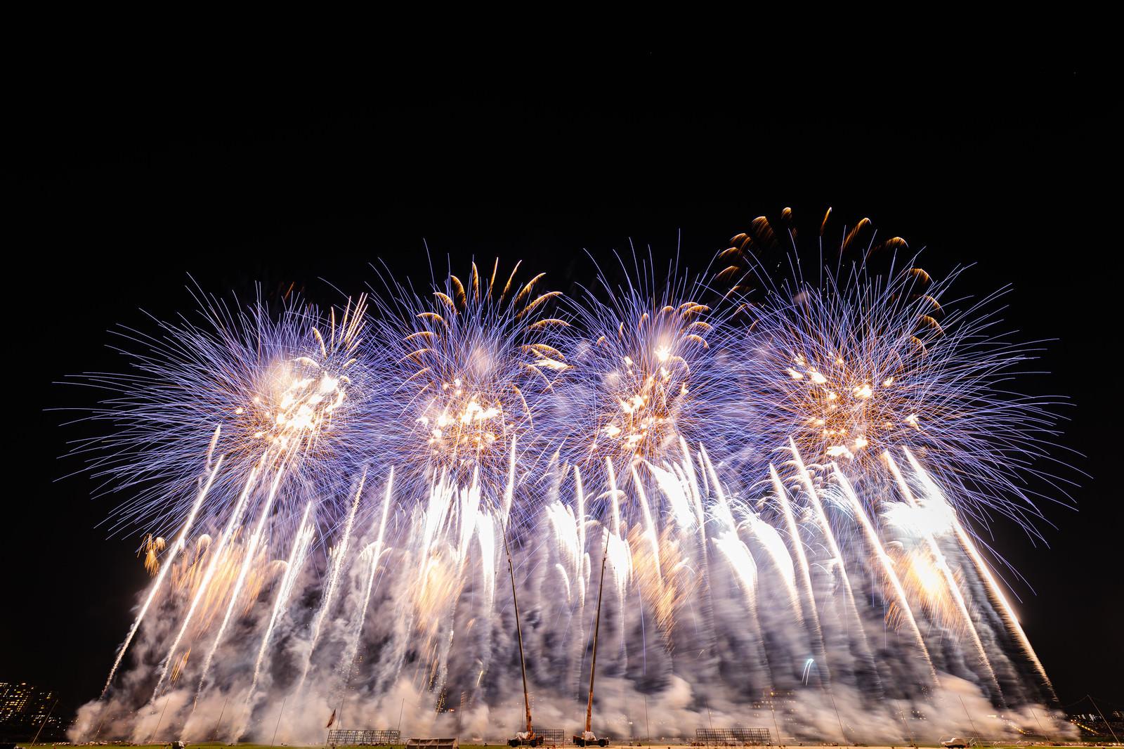 「次々に打ち上がる花火(江戸川区花火大会)」の写真
