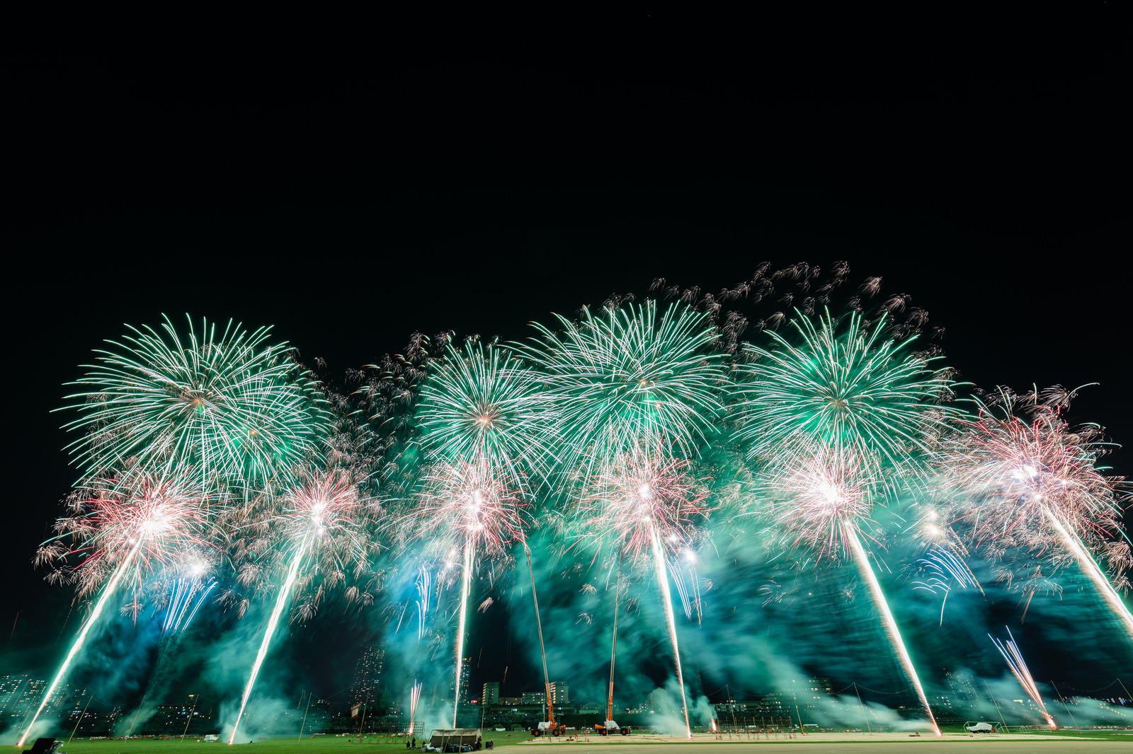 「夜空を彩るスターマイン( 江戸川区花火大会)」の写真