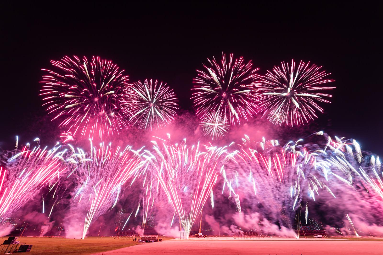 「連発で打ち上げる花火(江戸川区花火大会)」の写真