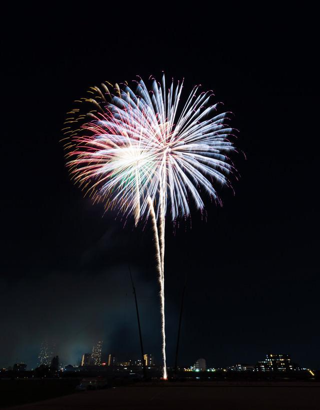 高々と打ち上げる花火の写真