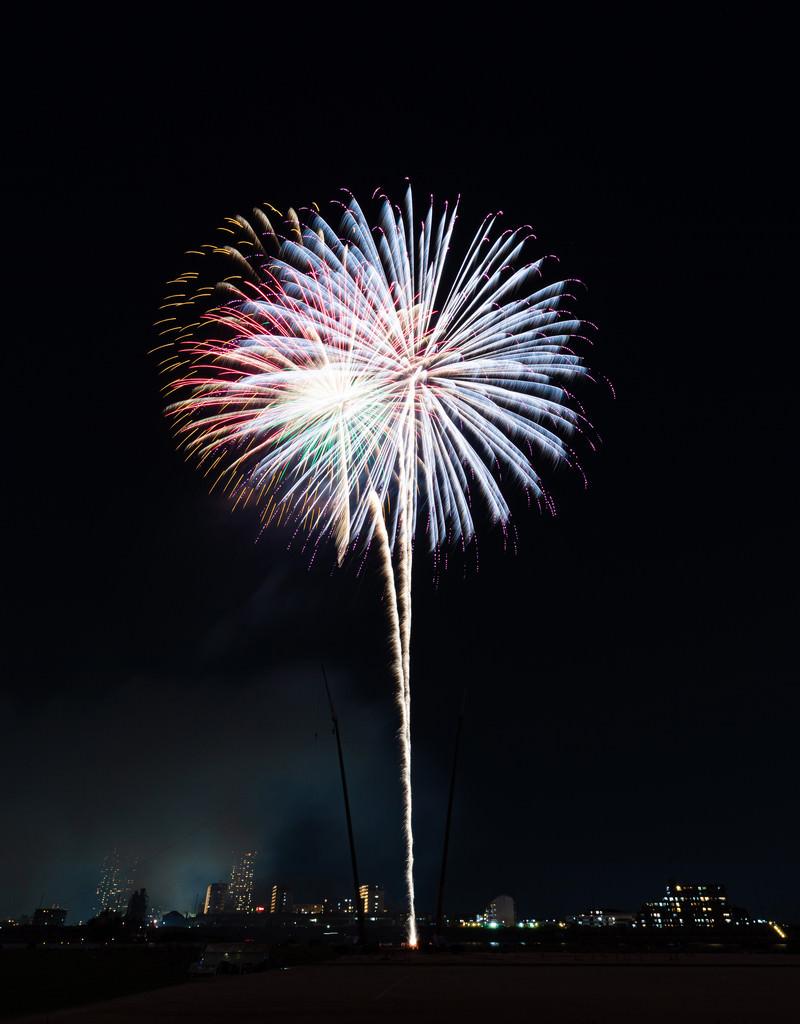 「高々と打ち上げる花火」の写真