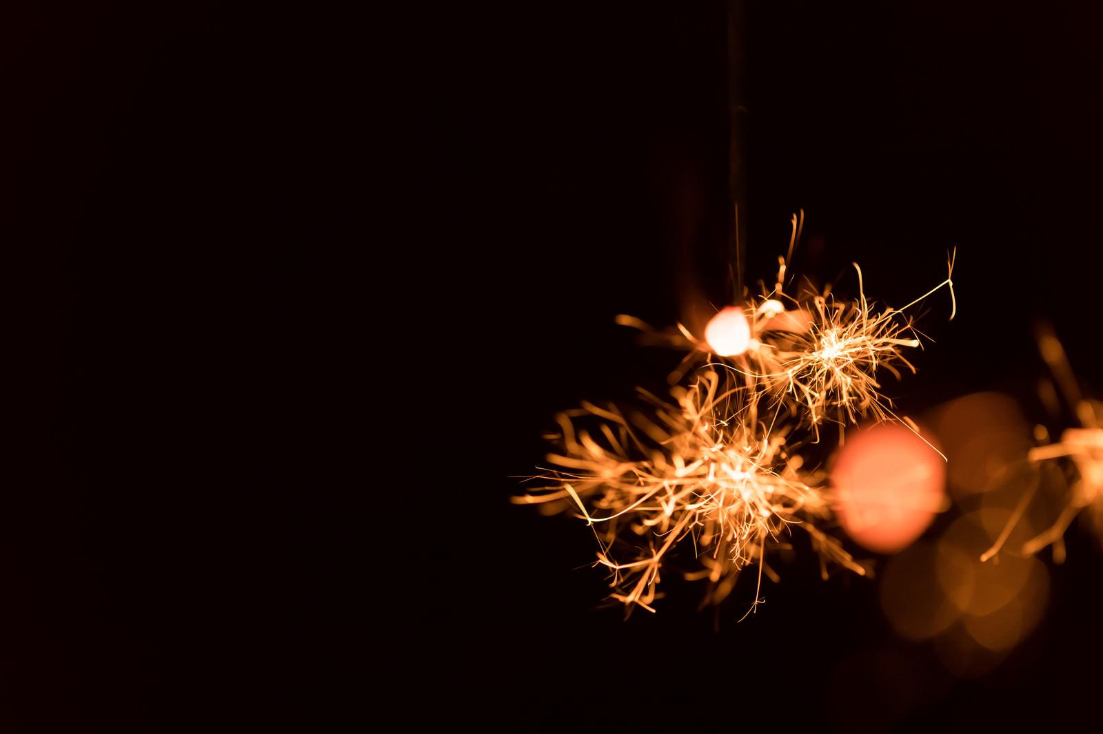 「せんこう花火の飛び散る明かり」の写真