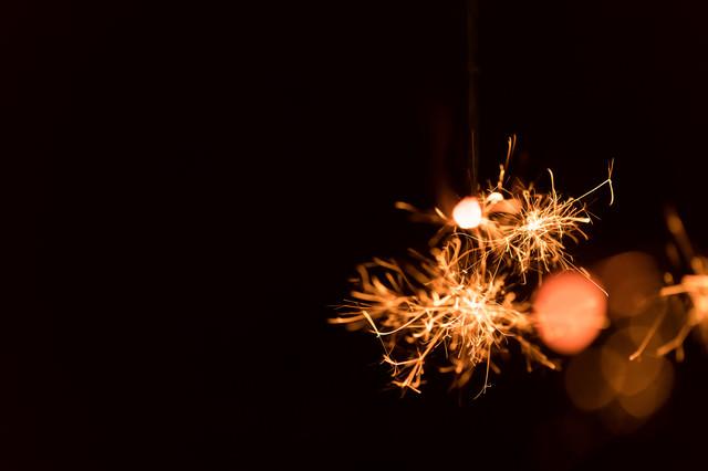 せんこう花火の飛び散る明かりの写真