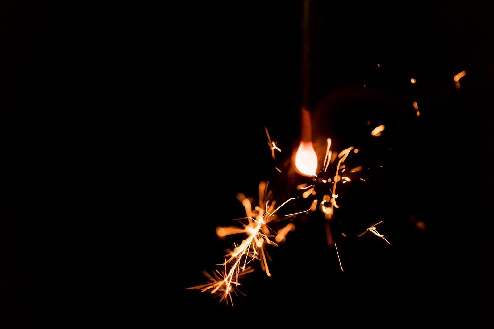 「飛び散る光(線香花火)」の写真