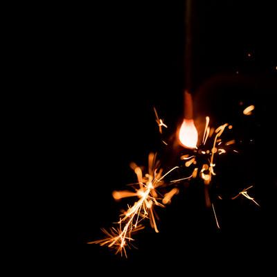 飛び散る光(線香花火)の写真