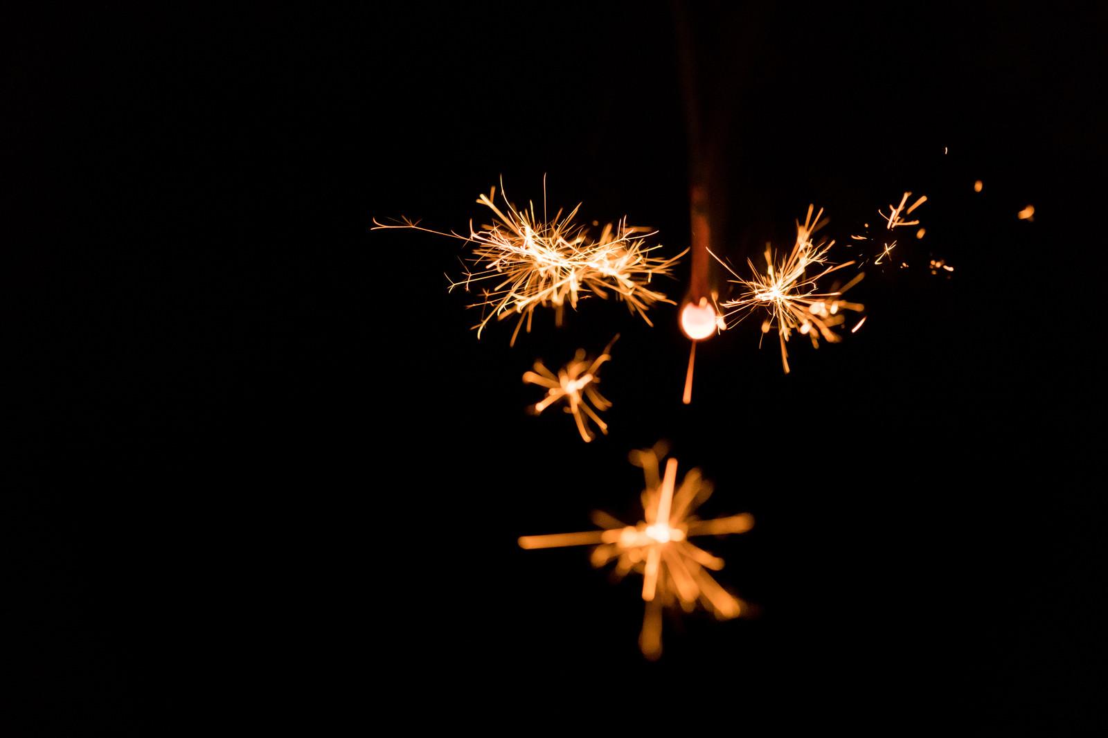 「小さくて儚い線香花火小さくて儚い線香花火」のフリー写真素材を拡大