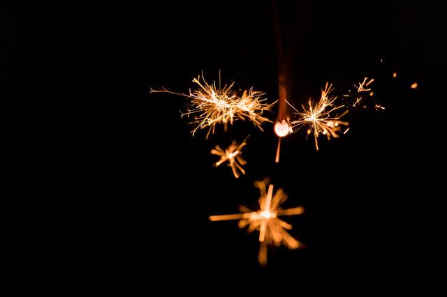 小さくて儚い線香花火の写真