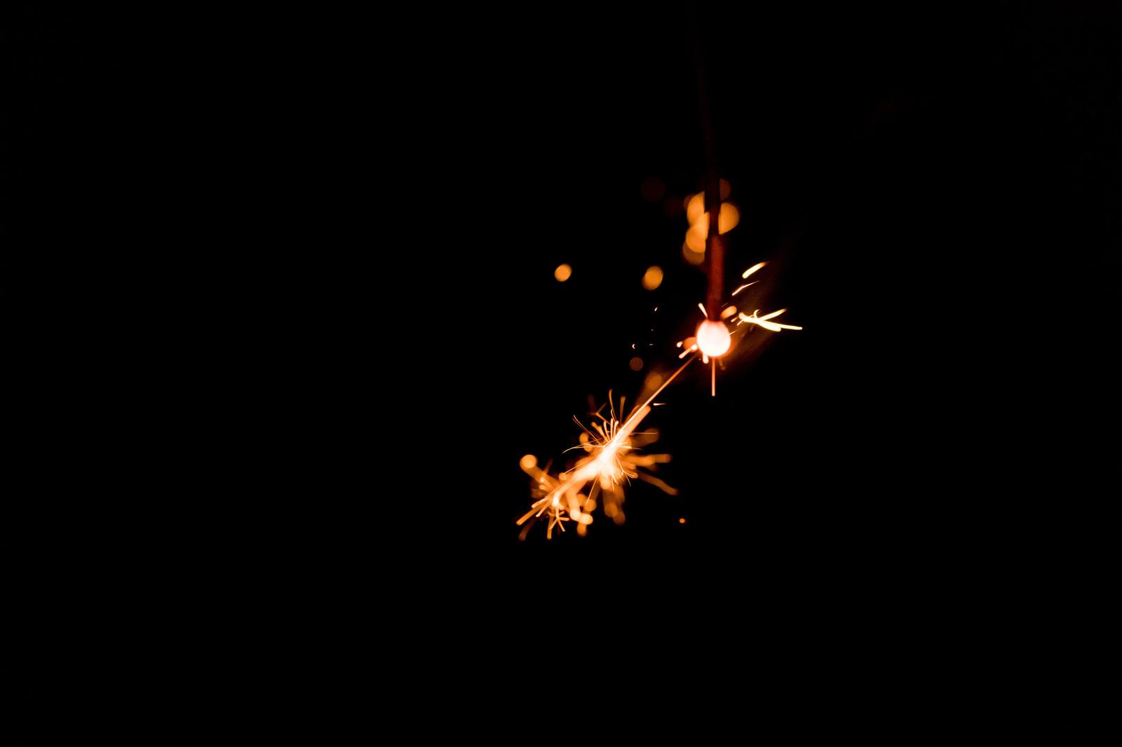 「飛び散る火花(線香花火)」の写真