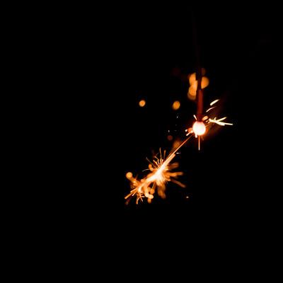 飛び散る火花(線香花火)の写真
