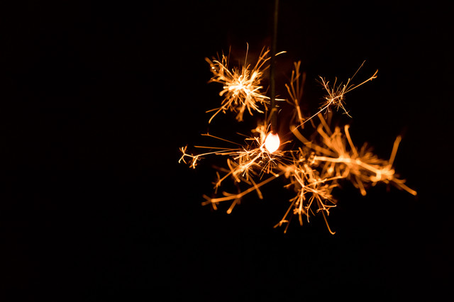 夏を彩る線香花火の写真