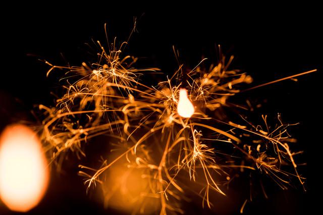 散り散りの線香花火の写真