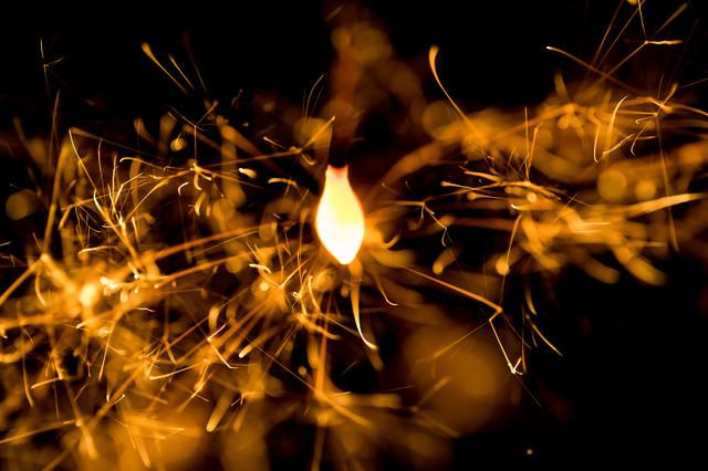スパークする線香花火の写真