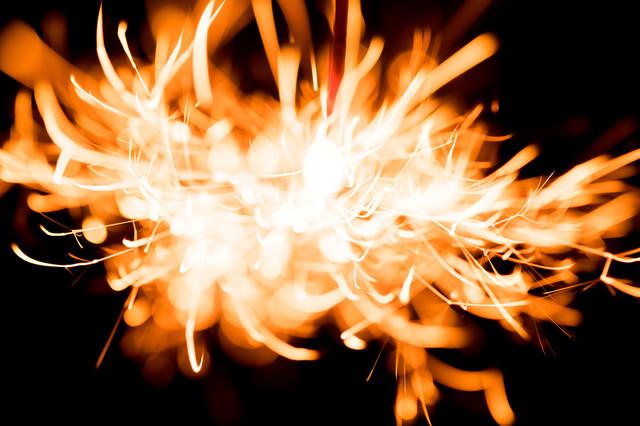 燃え上がる火花の写真