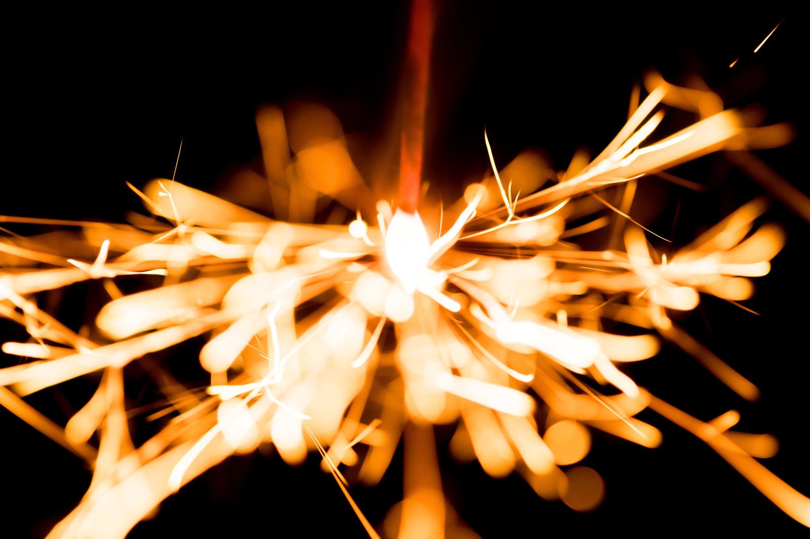 「飛び散る光跡飛び散る光跡」のフリー写真素材を拡大
