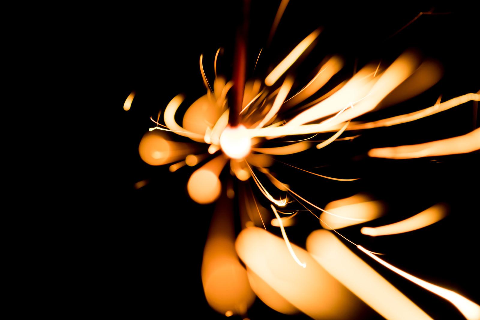 「飛び散る光跡の様子飛び散る光跡の様子」のフリー写真素材を拡大