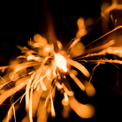 打ち上げ花火のように力強く弾ける線香花火の写真