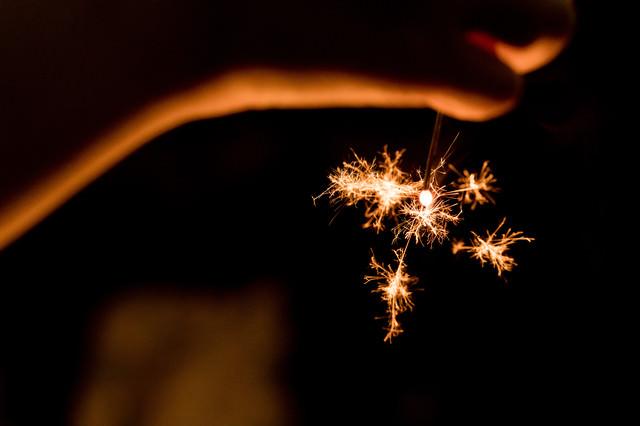 夏の終わりに線香花火の写真