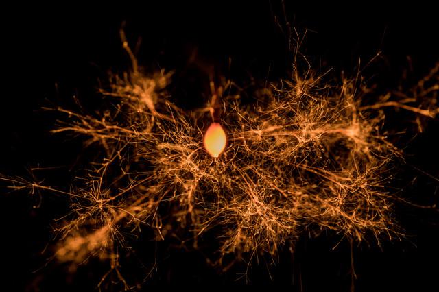 龍脈のような飛び散る火花の写真