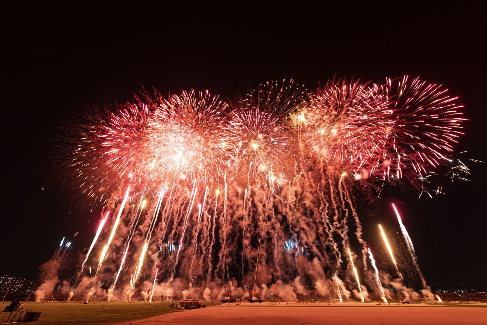「次々と炸裂する花火(スターマイン) | 写真の無料素材・フリー素材 - ぱくたそ」の写真