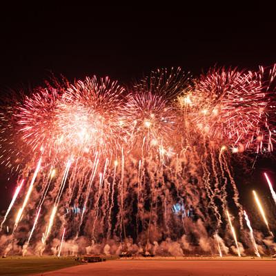 次々と炸裂する花火(スターマイン)の写真