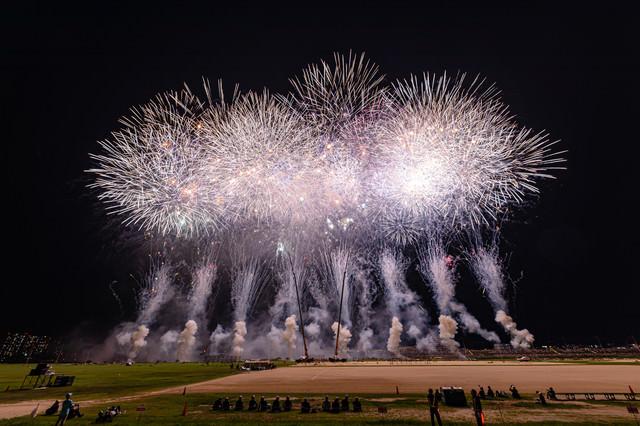 江戸川区花火大会を最前列で見守る関係者の写真