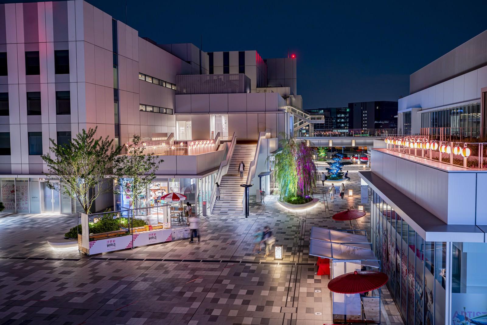「夜の総合施設(羽田イノベーションシティ)を行き交う人」の写真