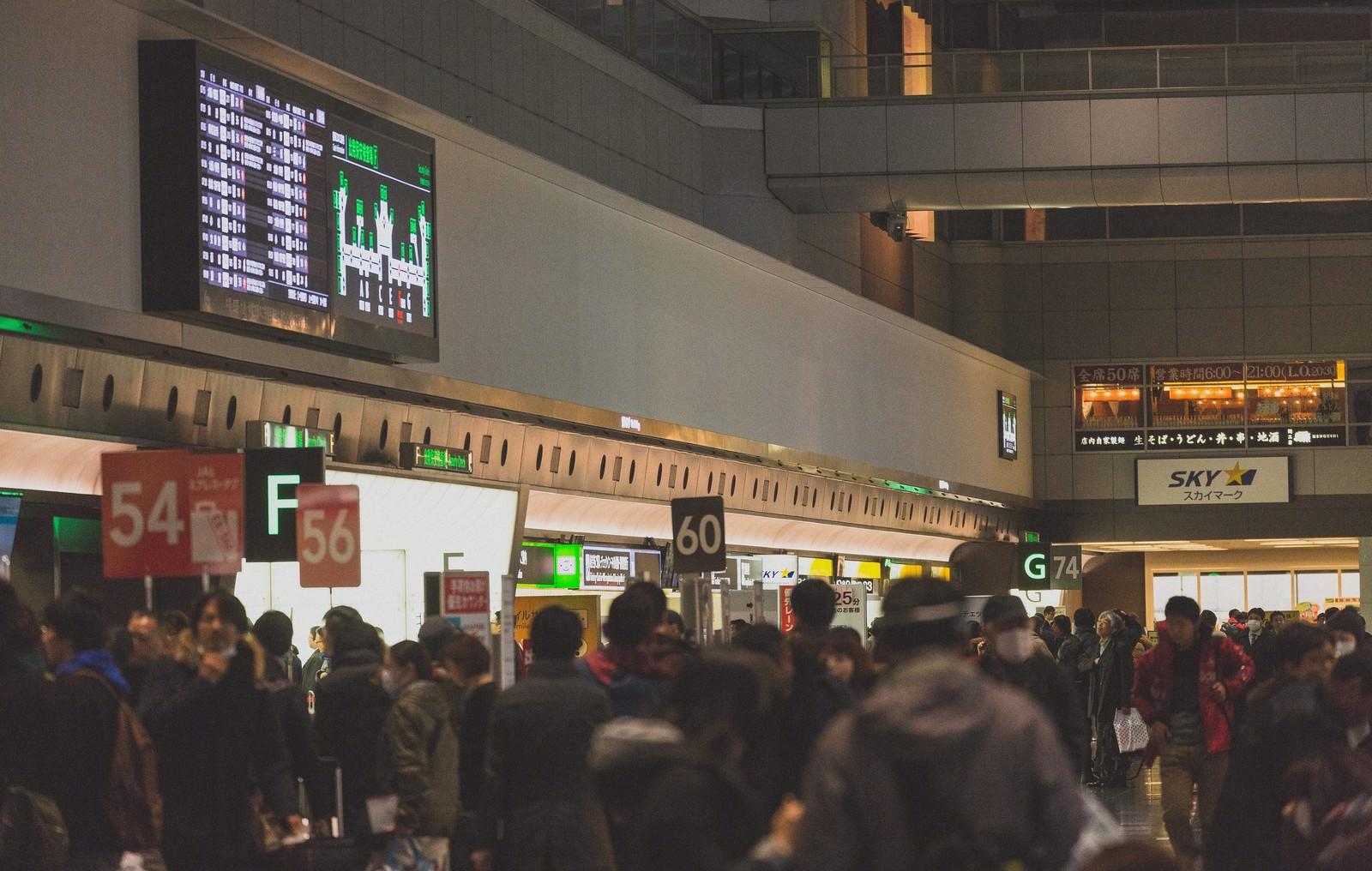 「混雑する羽田空港混雑する羽田空港」のフリー写真素材を拡大