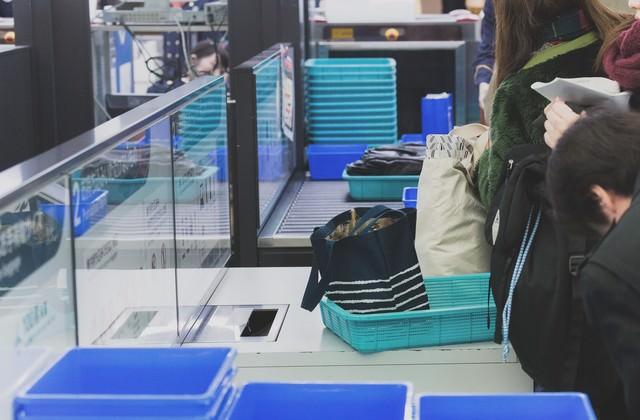 空港の手荷物検査の写真