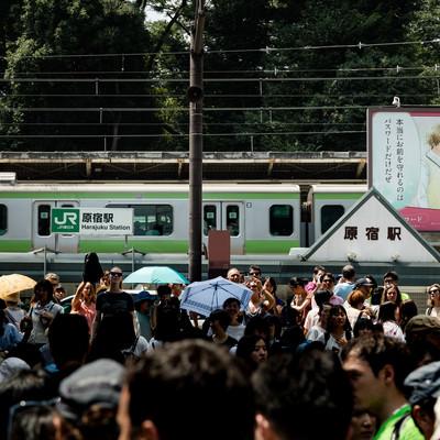 「原宿駅と竹下通り入口の坂(下から撮影)」の写真素材