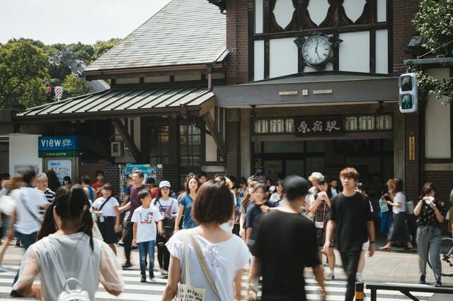 原宿駅前の横断歩道を渡る人の写真