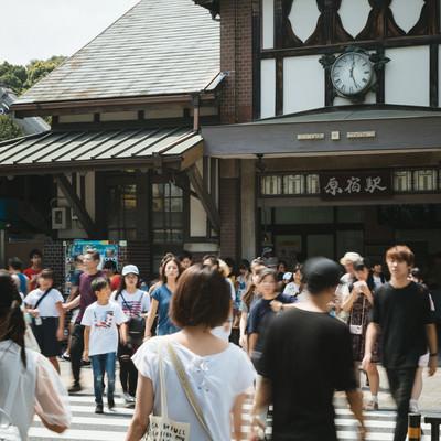 「原宿駅前の横断歩道を渡る人」の写真素材