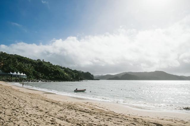 晴れた日の砂浜の写真
